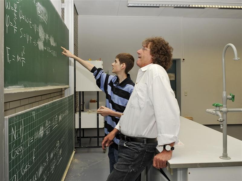 Lehrer_mit_Schueler.jpg